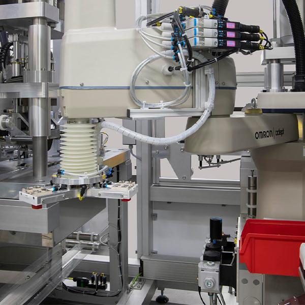 Montaje y comprobación de baterías en 70 segundos con robótica de Omron